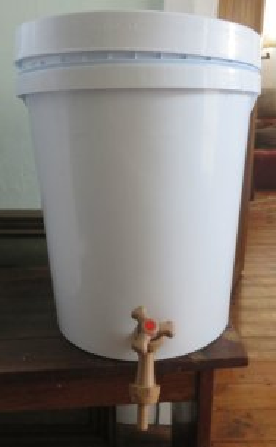 15mm brown tap, 20 L bucket