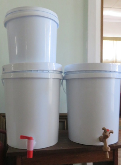 Tote-friendly 10 L bucket, 20 L with red 20mm tap and 20L with brown 15 mm tap